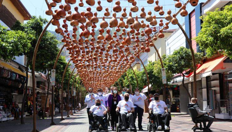 (Özel) Engelli bireylerin ellerinden çıkan kabaklar sokak lambası oldu