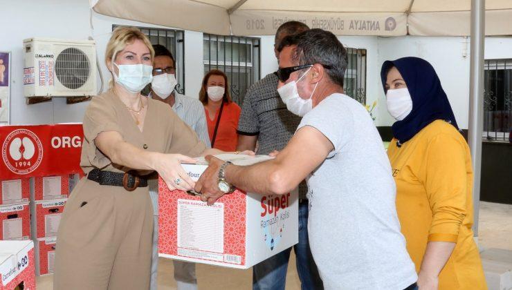 Rektör Özkan organ nakli olan ve nakil bekleyen hastalara ramazan paketi dağıttı