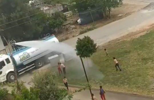 Sıcaktan bunalan çocuklar arazözden çıkan tazyikli suyla serinledi