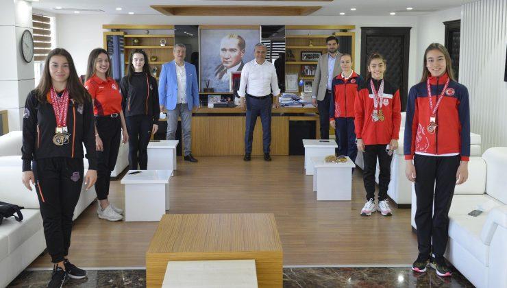 Ümit Uysal, şampiyon cimnastikçileri kutladı