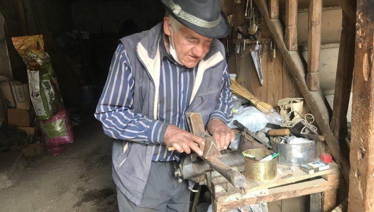 300 yıllık düğmeli evde 50 yıldır kazma, kürek ve baltalara sap yapıyor