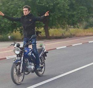 (Özel) Motosikletli genç önce aydınlatma direğine çarptı sonra kaldırıma savruldu: 1 ölü