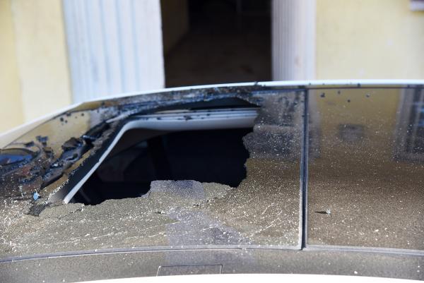 Sevgilisiyle kavga ederken 2'nci katın penceresinden otomobilin üzerine düştü