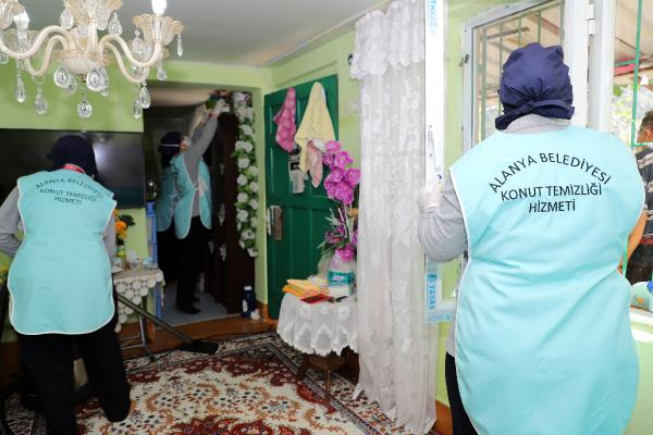 Alanya Belediyesi Konut Temizlik Ekibi evleri bayrama hazırlıyor