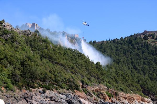 Alanya Kalesi yakınında orman yangını; plajdan söndürme çalışmalarını izlediler