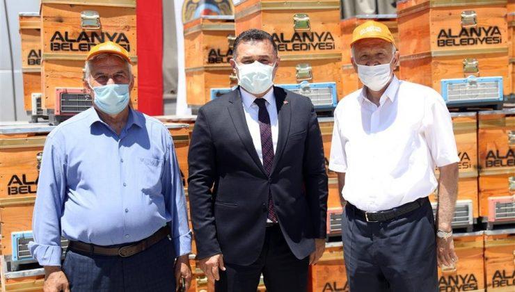 Alanya'da arı yetiştiricilerine ücretsiz 2 bin arı kovanı dağıtıldı