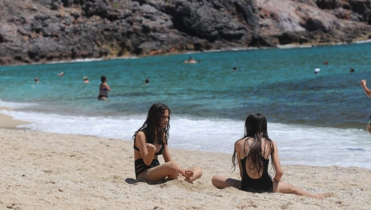 Alanya'da aşırı nem ve sıcak havayı fırsat bilenler sahillere akın etti