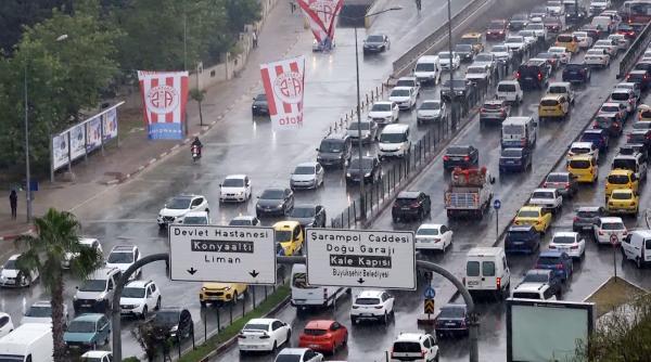 Antalya'da 5 dakika süren sağanak, trafiği felç etti