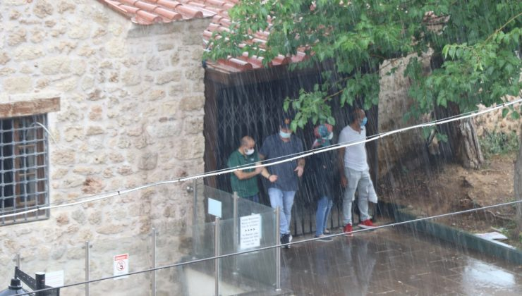 Antalya'da aniden bastıran sağanak yağış, vatandaşı hazırlıksız yakaladı