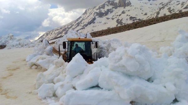 Antalya'da, mayısta karla kaplı yayla yolları açıldı