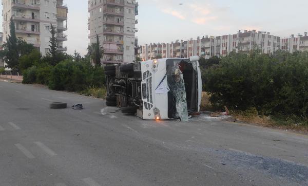 Antalya'da midibüsle otomobil çarpıştı: 2 yaralı