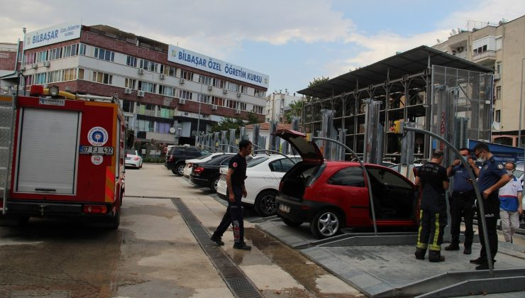 Antalya'da park halindeki otomobilde yangın maddi hasara neden oldu