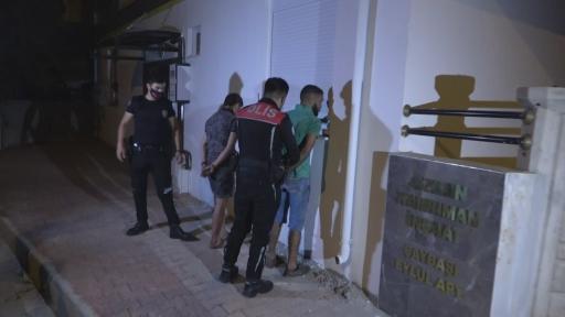 Antalya'da polisin 'dur' ihtarına uymayan gençler ortalığı birbirine kattı