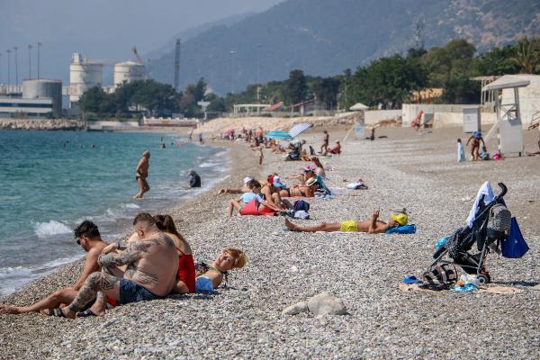 Antalya'da sahil turistlerin