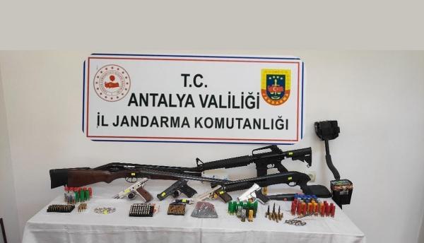 Antalya'da silah ve mühimmat kaçakçılığına 8 gözaltı