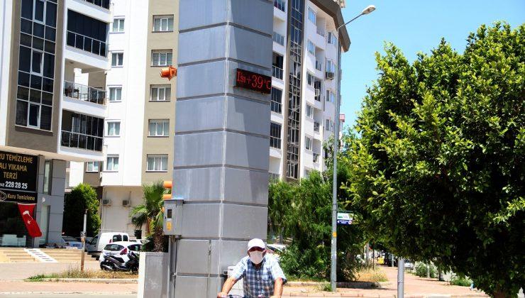 Antalya'da termometreler 39'u gösterdi, vatandaşlar sahile akın etti