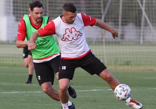 Antalyaspor'da Podolski ve 3 futbolcuyla yollar ayrıldı