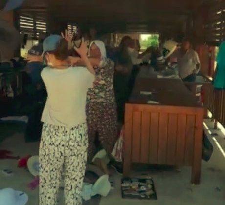 Antik kentte satış yapan kadınların yer kavgasına polis müdahale etti