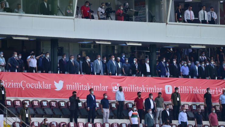 Bakan Çavuşoğlu ile Bakan Kasapoğlu, milli maçta