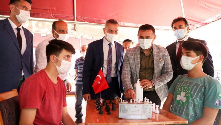 Başkan Yücel satranç turnuvasında öğrencilerle bir araya geldi