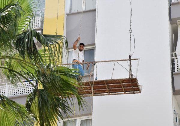 Binanın dış cephesindeki iskelede mahsur kalan boyacıyı itfaiye kurtardı