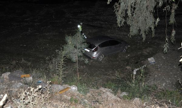 Çaya uçan otomobildeki iki kişi kazadan yara almadan kurtuldu