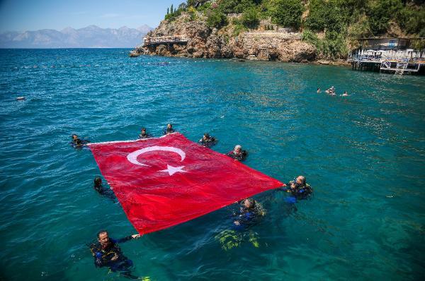 Dalgıçlardan denizdeTürk bayraklı '19 Mayıs' kutlaması