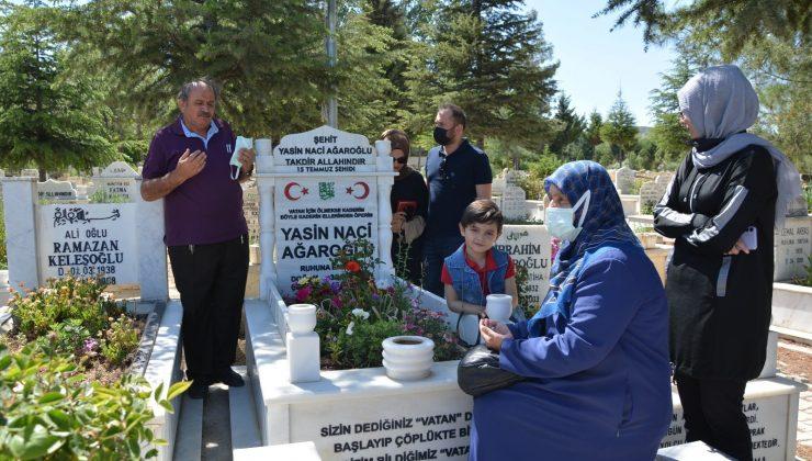 Demokrasi şehidi Yasin'in ailesi oğlunun mezarında dua etti