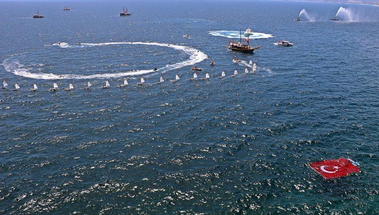 Denize ve falezlere dev Türk bayrakları  açıldı, denizde de kortej düzenlendi