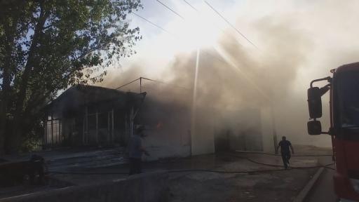 Ekmek teknesini kurtarmak için alevlerin arasında dalan iş yeri sahibinin sırtı yandı