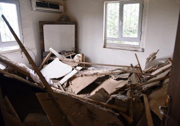 Gecekondunun tavanı çöktü, anne ile 4 çocuğu ölümden döndü