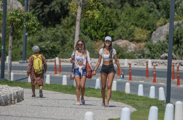 Geri geri yürüyüp, denize giren turistler şaşırttı
