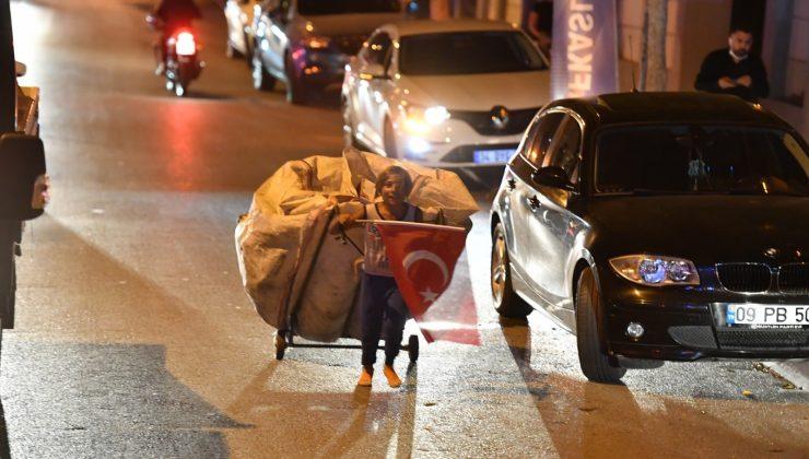 Kağıt topladığı arabası ve elinde Türk bayrağıyla 19 Mayıs tırının arkasından yaklaşık 2 kilometre koştu