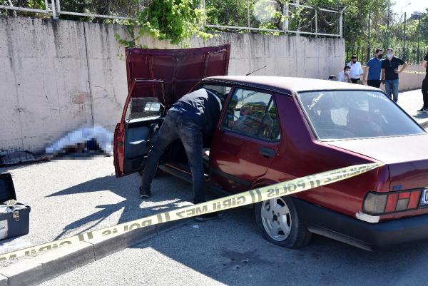 Kaldırımda otururken, lastiği patlayan otomobilin çarpmasıyla öldü