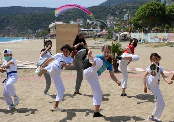 Karate sporcuları paraşütle uçuş, sahilde gösteri yaptı
