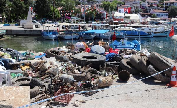 Kaş'ta deniz dibi temizliğinde çıkan atıklar şaşırttı