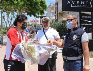 Kısıtlamadan muaf vatandaş, polislere baklava ikram edip bayramlarını kutladı