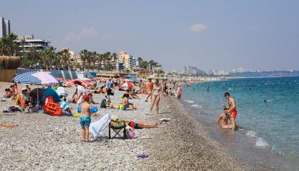 Konyaaltı Plajı'nda kısıtlama öncesi yoğunluk