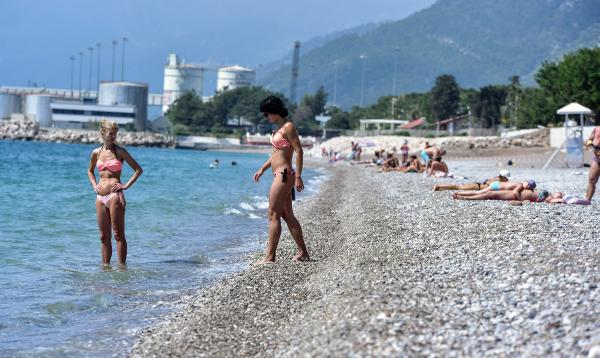Konyaaltı Sahili, bayramın son günü de turistlerle doldu