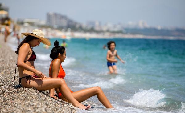 Konyaaltı sahilinde yaz yoğunluğu