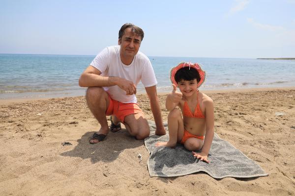 Küçük Özge, protezini çıkarıp denizde kulaç attı