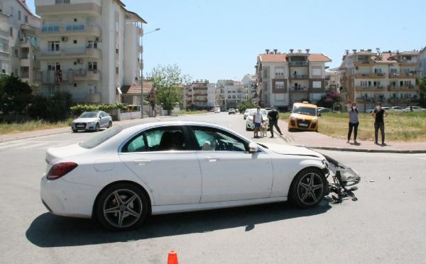 Manavgat'ta maddi hasarlı trafik kazası