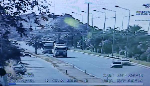 Motosiklet sürücüsünün ağır yaralandığı kaza kamerada