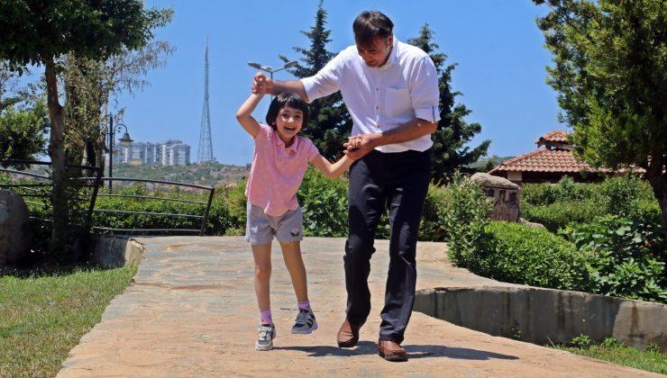 (Özel) Babasının yaptığı 150 TL maliyetli düzenekle ilk adımlarını atan minik Özge  protez bacakla bayrama koşarak girdi