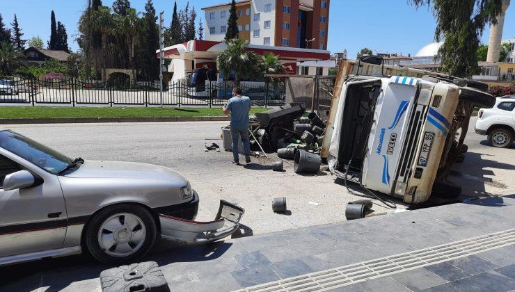Peyzaj malzemesi yüklü kamyon iki araca çarparak devrildi