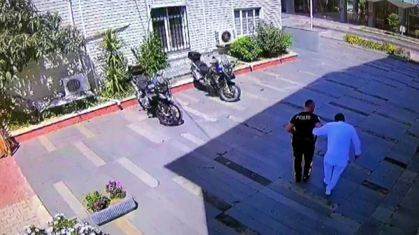 Polis, ifadeye gelen ayağından rahatsız otel çalışanını kucağında taşıdı