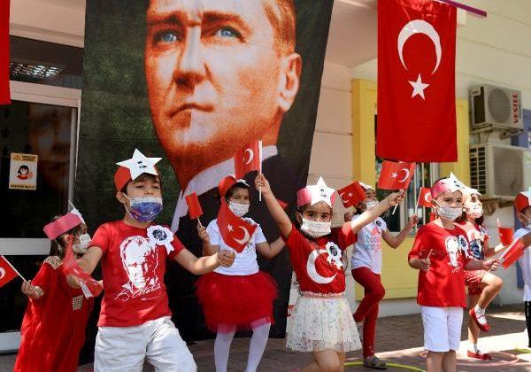 Sağlıkçıların çocukları 19 Mayıs'ı kutladı