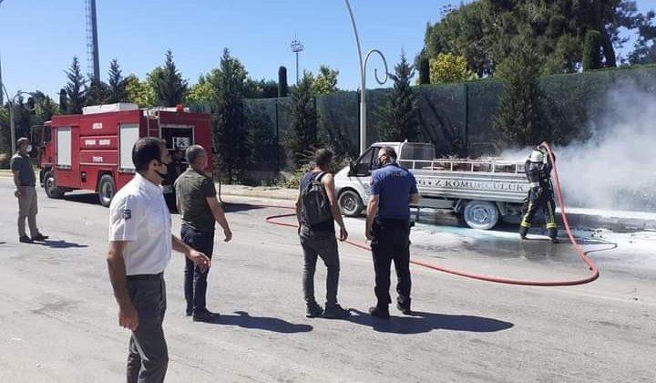Seyir halindeki odun yüklü kamyonette yangın