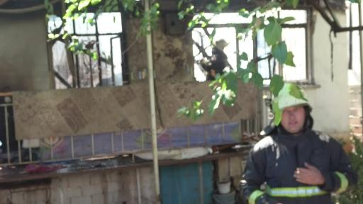 Yangın müstakil evi küle çevirdi, sokağa dökülen vatandaşlar sosyal mesafeyi hiçe saydı