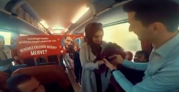 Yolcu otobüsünde evlilik teklifi
